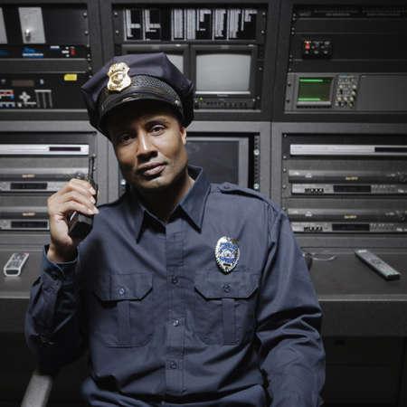 guardia de seguridad: Servicio de seguridad sentado en la estaci�n de control