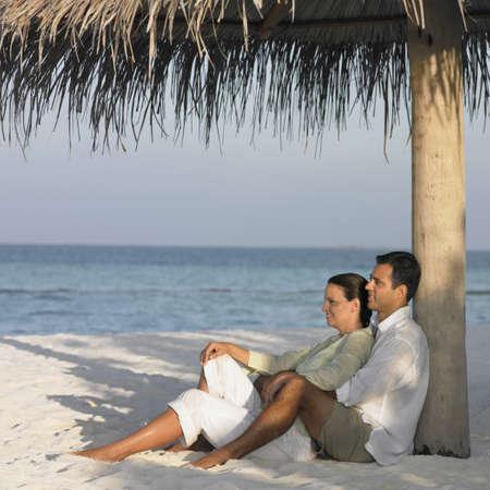 honeymooner: Pareja de relax en la playa LANG_EVOIMAGES
