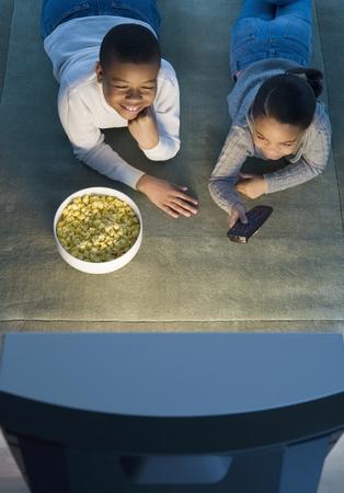Kinderen kijken naar tv- Stockfoto