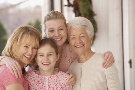 vejez feliz: Los miembros femeninos de la familia abrazos y sonriendo, de Richmond, Virginia, Estados Unidos