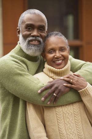 vejez feliz: Mayor que abraza pareja africana, de Richmond, Virginia, Estados Unidos