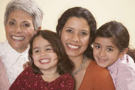fiesta familiar: Mujeres miembros de la familia hispana sonriente, Richmond, Virginia, Estados Unidos