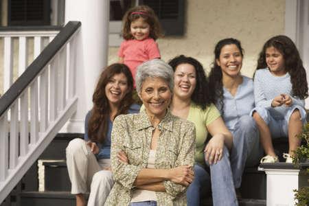 viviendas: Abuela hispana con los miembros femeninos de la familia en el fondo, de Richmond, Virginia, Estados Unidos LANG_EVOIMAGES