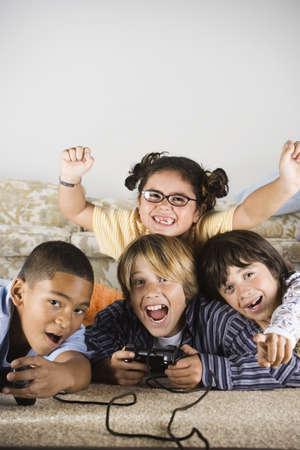 ni�os jugando videojuegos: Grupo de ni�os jugando juegos de video LANG_EVOIMAGES