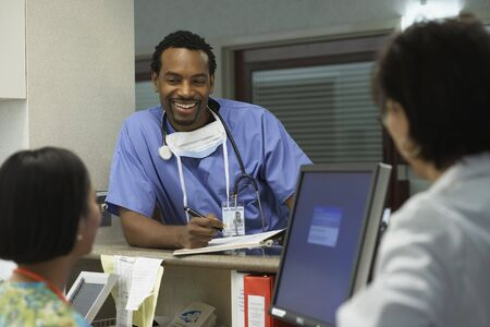bethesda: African male surgeon talking to co-workers, Bethesda, Maryland, United States LANG_EVOIMAGES