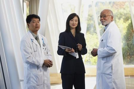 Deux hommes médecins parlant à une femme d'affaires asiatique, North Bethesda, Maryland, États-Unis Banque d'images - 35544281
