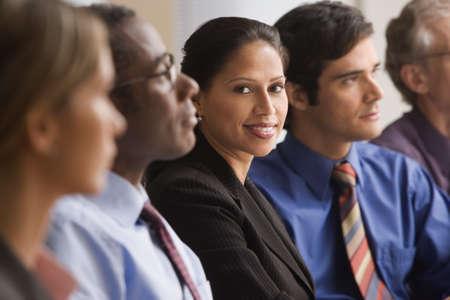 mujeres sentadas: Empresaria hispana en una reunión