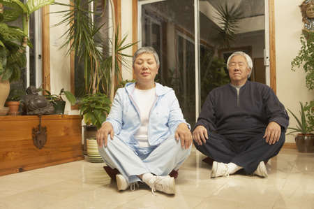 san rafael: Senior Asian couple meditating indoors, San Rafael, California, United States