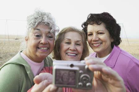 mujer sola: Grupo de mujeres ancianas, tomando una fotograf�a de s� mismos