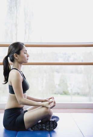 mujer meditando: Mujer meditating dentro