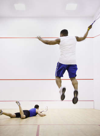racquetball: Dos hombres jugando al squash LANG_EVOIMAGES