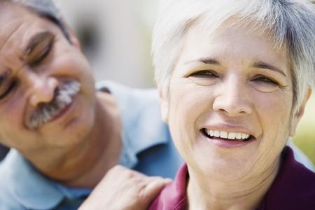 中年のカップルの笑みを浮かべて