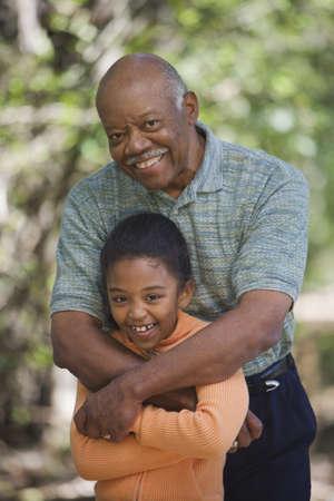 abuelo: Abuelo africano y abrazar joven nieta