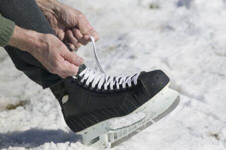 アイス スケートをひもの男のクローズ アップ