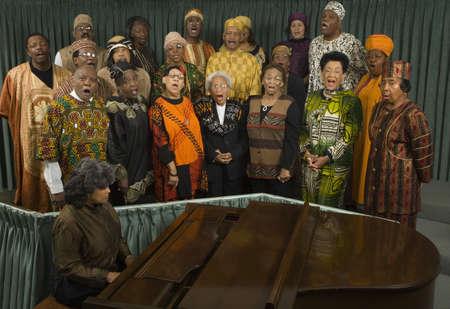 coro: Grupo de mediana edad, gente cantando africano