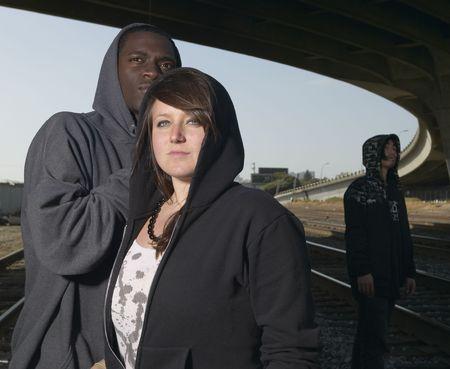 上げられた高速道路に立っている若い大人のグループ