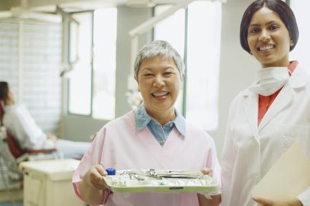 인도 여성 치과 의사와 수석 아시아 여성 치과 조수 미소 스톡 콘텐츠 - 35676785