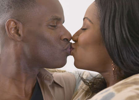 novios besandose: Close up de pareja bes�ndose africana LANG_EVOIMAGES