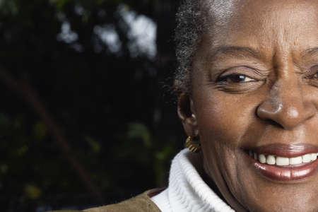 mujeres sentadas: Primer plano de mujer africana senior sonrientes LANG_EVOIMAGES