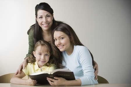 biblia: Madre e hijas que leen la biblia hispana