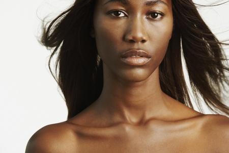 plan �loign�: Femme africaine avec les �paules nues et les cheveux soufflage