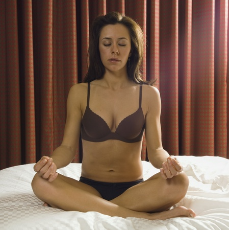 woman meditating: Semi-mujer desnuda meditando hispana LANG_EVOIMAGES