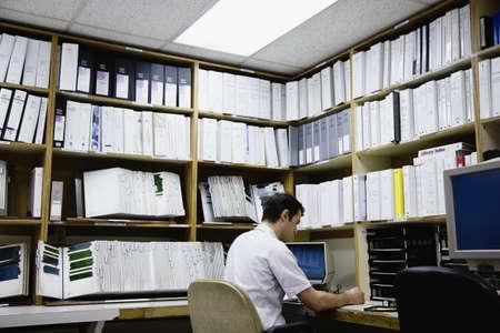 middle eastern: Middle Eastern businessman working at desk LANG_EVOIMAGES