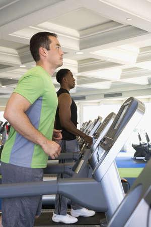 hombres haciendo ejercicio: Dos hombres que ejercitan en el club de la salud