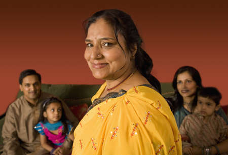 mujeres sentadas: Multi-generacional familia india en el vestido tradicional