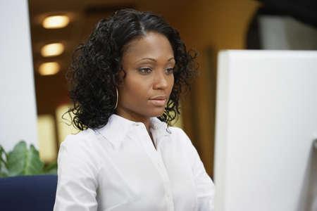 African businesswoman working at desk Imagens