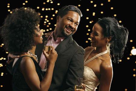mujer pensar: Baile del hombre africano con dos mujeres