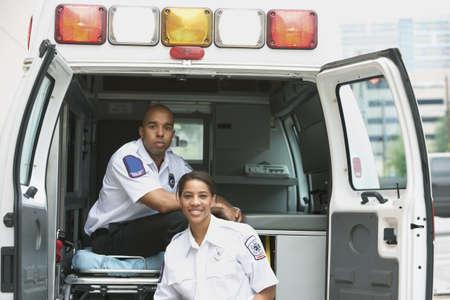 ambulancia: Femenina africana y t�cnicos sanitarios masculinos en ambulancia