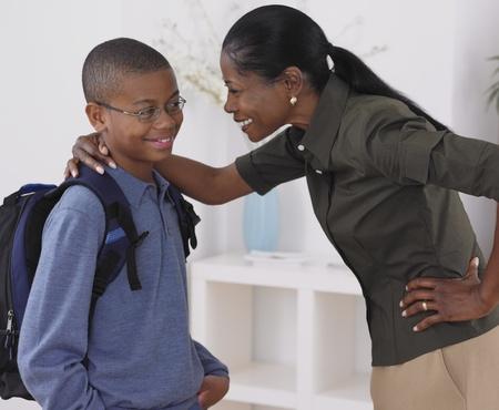 mamma e figlio: Figlio abbracciare madre africana