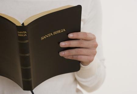 persona leyendo: Close up de la persona que lee la biblia LANG_EVOIMAGES