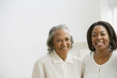 Afrikanische Mutter und Erwachsene Tochter