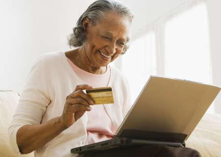gramma: Senior African woman online shopping LANG_EVOIMAGES