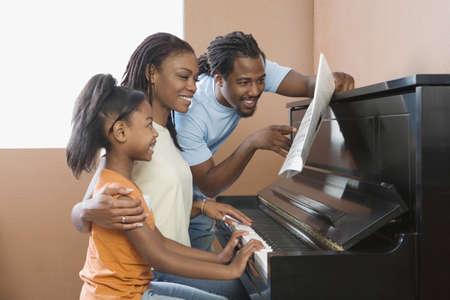 tocando el piano: Familia africana tocando el piano LANG_EVOIMAGES