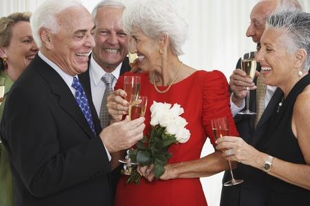 Senior vrienden drinken champagne op feestje