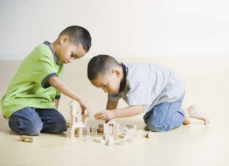 brothers playing: Hermanos africanos jugando con bloques de madera