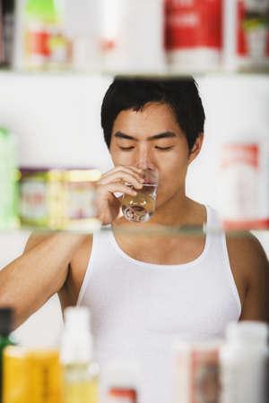 w�rmflasche: Asian Mann trinkt Glas Wasser