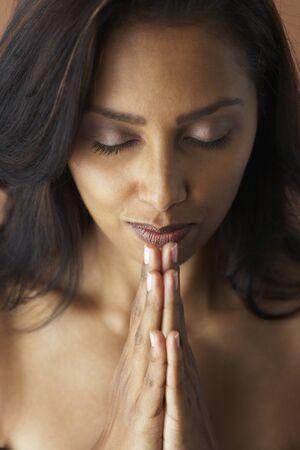 mujer meditando: Mujer asi�tica meditando