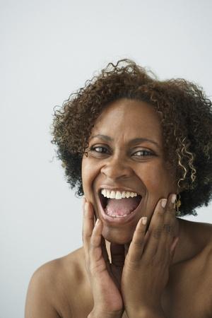 mujeres sentadas: Mujer africana riendo