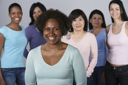 jeune fille: Groupe de femmes multi-ethniques LANG_EVOIMAGES
