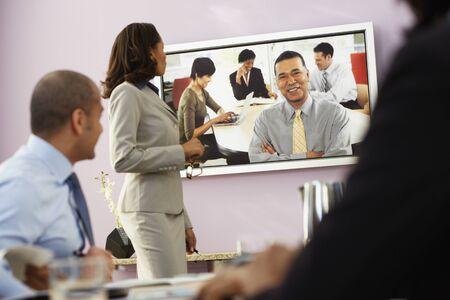 ビデオ会議を持つ多民族のビジネスマン