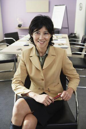 waistup: Kazajo empresaria en la sala de conferencias