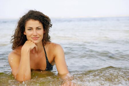 sopping: Young woman in water at beach