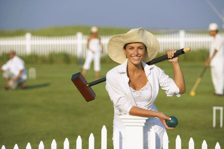 젊은 여자가 크로켓을 연주 스톡 콘텐츠 - 35679448