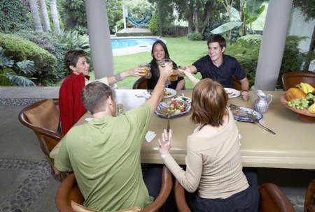 Familie Toasten am Esstisch