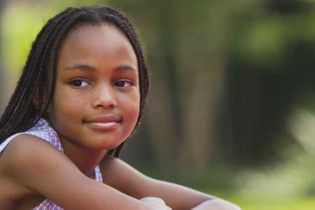 ni�os contentos: Retrato de la ni�a africana al aire libre
