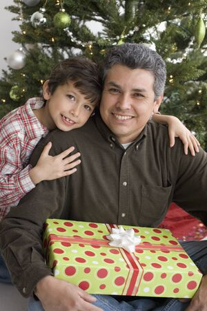 Hispanic father and son on Christmas Imagens